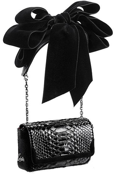 Небольшая кожаная сумочка, украшенная пышным бархатным бантом