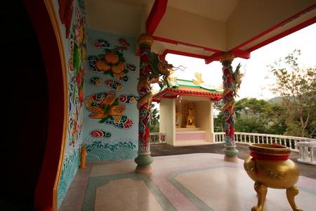 Буддийский храм на вершине холма.