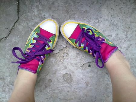 Яркий элемент — фиолетовые шнурки