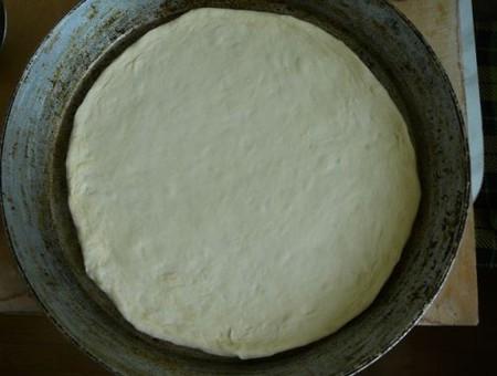 Сковроду смазываем маслом и выкладываем нашу лепешку на нее.