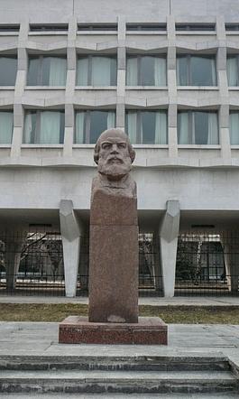 Явный диссидент поработал над этим бюстом Илье Николаевичу