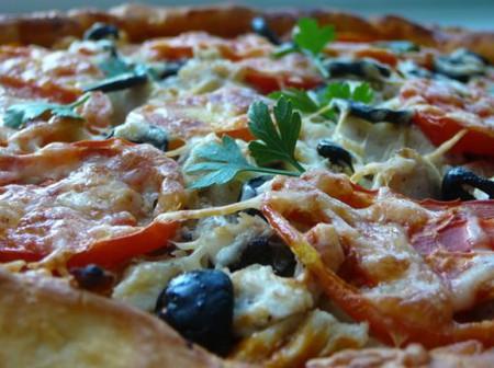 Опять пицца! Пицца с куриным филе, сыром и маслинами. — фото 1