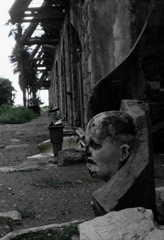 Гагринский Ленин пару лет назад бесхозно валялся в зарослях ежевики, теперь бюст стоит у входа в музей в крепости Аббата