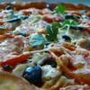 Опять пицца! Пицца с куриным филе, сыром и маслинами.