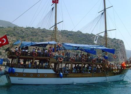 Это одна из самых больших яхт, бывают намного меньше и уютнее