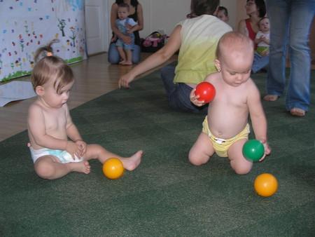 С подружкой играются шариками