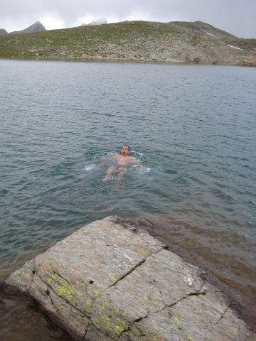 Мой отчаянный друг опробовал воду горного озера, пока остальные кутались в шарфы и шапки!