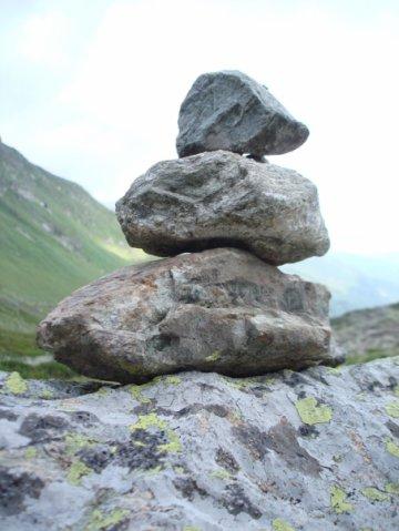 Пирамида из камней — знак, оставленный на маршруте другими туристами, подтверждающий, что путь верный.
