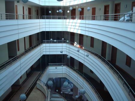Вид холла отеля с пятого этажа