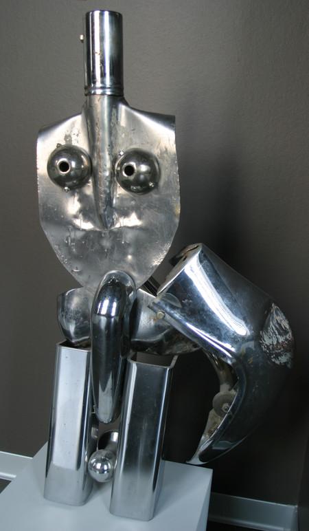 из лопаты, куска бампера от ГАЗ-21 и других металлических предметов