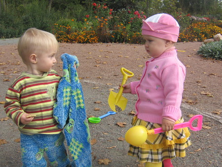 Как научить ребенка делиться своими игрушками с другими детками — фото 1